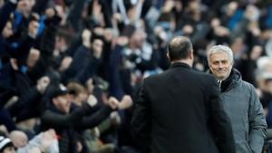 Mourinho saluda a Benítez al final del partido en St. James Park