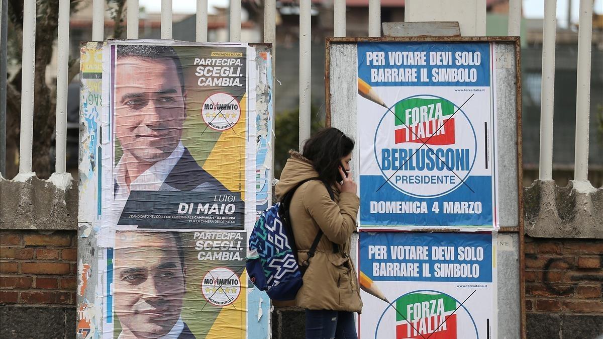 Carteles electorales en Pomigliano dArco, cerca de Nápoles