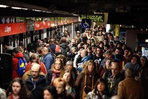 TRANSPORTE Aglomeraciones en la estación de metro de La Sagrera.