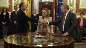 El presidente del Senado, Pío García Escudero, la presidenta del Congreso de los Diputados, Ana Pastor, y el presidente de RTVE, Jose Antonio Sánchez, en la firma de un convenio entre las Cortes y RTVE, la semana pasada.