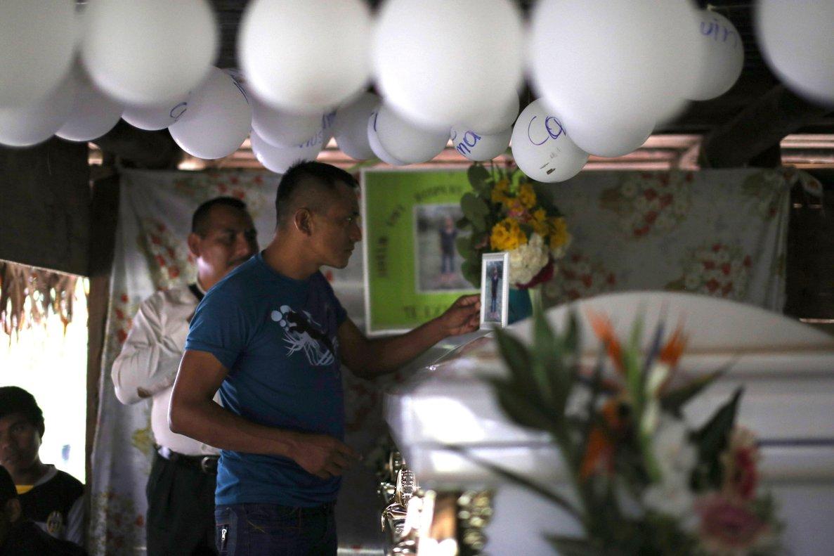 Vecinos asisten al velorio de Jakelin Caalla nina inmigrante que murio el pasado 8 de diciembre bajo custodia de la Patrulla Fronterizapor lo que el Estado de Guatemala ha pedido al gobierno de Estados Unidos una exhaustiva investigacion de este casoEFE Edwin Bercian