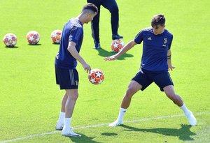 Cristiano Ronaldo (i) disputa un balón frente a Dybala en el último entrenamiento de la Juventus.