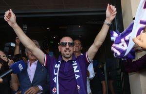 El francés Franck Ribery saluda a los aficionados en su llegada a Florencia.