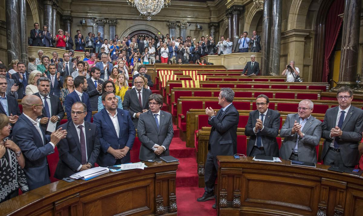 El Govern y los diputados de Junts pel Sí y la CUP, tras la aprobación de la ley del referéndum con el Parlament medio vacío.