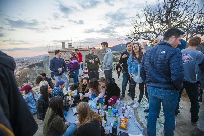 Jóvenes con bebidas, este miércoles por la tarde, en los búnkeres del Carmel.