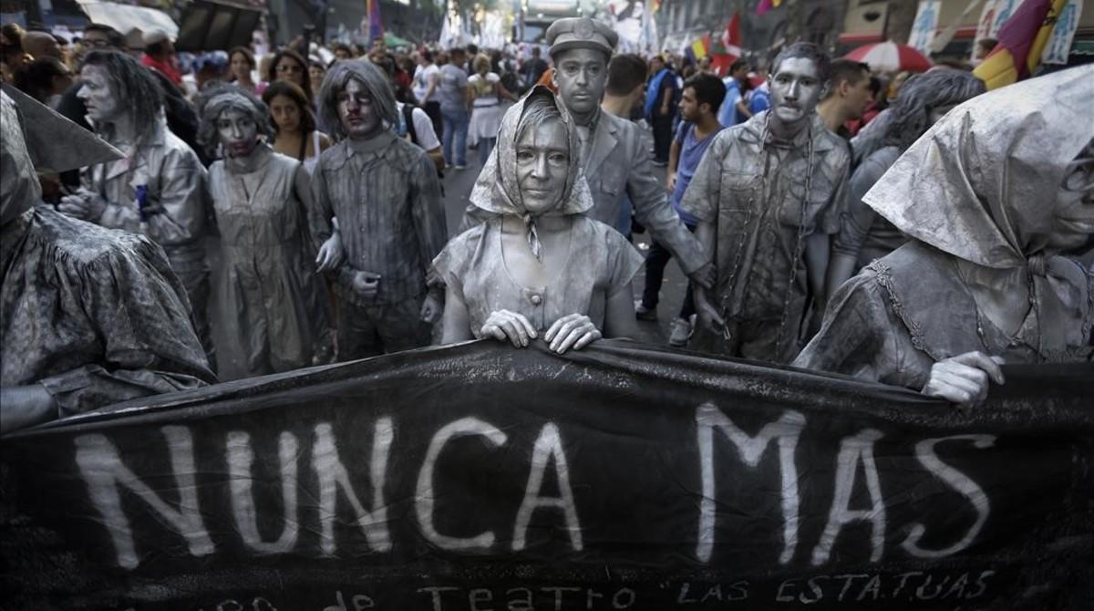 Actrices que representan a las Madres de Plaza de Mayo durante la manifestación.