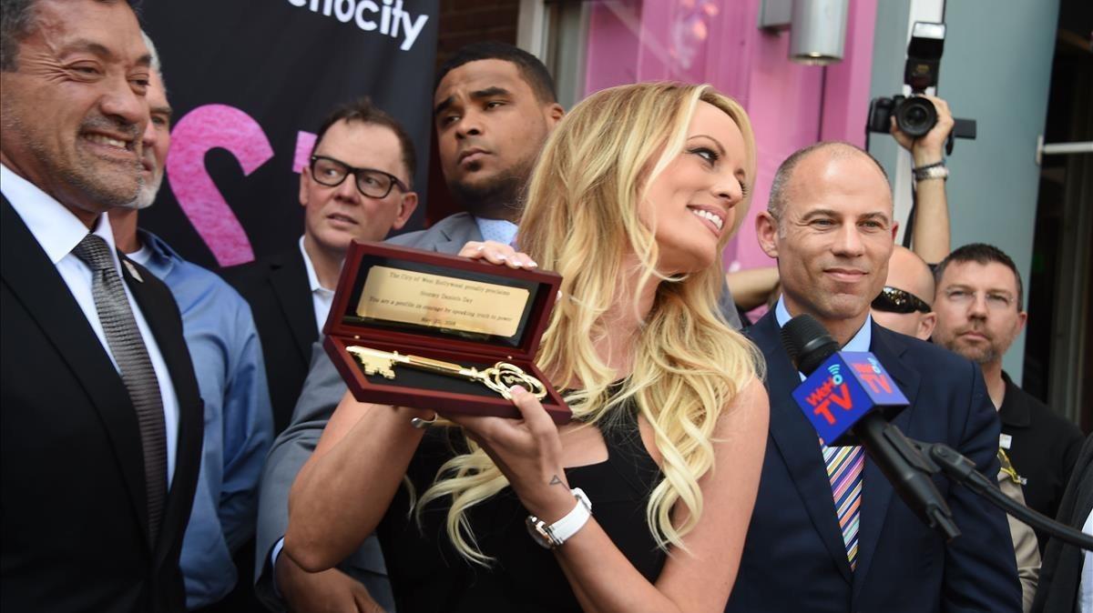 La actriz y directora porno Stormy Daniels acepta la llave de la ciudad de West Hollywood.