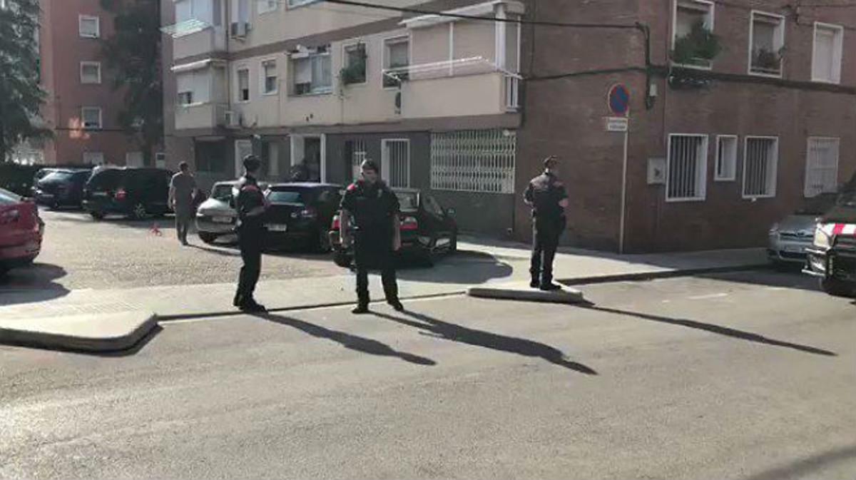 Agentes de los Mossos, ante la vivienda del sospechoso, en Cornellà.
