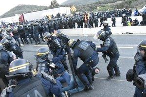 Agentes de la policía francesa desalojan a los manifestantes en El Pertús.