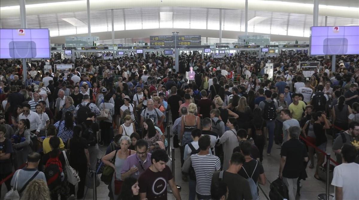 Aglomeraciones en los controles de seguridad de la T-1, en el aeropuerto de El Prat, en agosto del 2018.