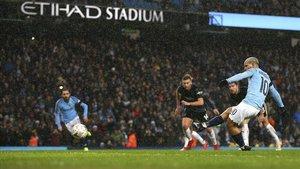 Agüero marca el quinto del City ante el Burnley de penalti.
