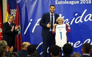 La alcaldesa Manuela Carmena, junto a Reyes y Florentino Pérez, en la recepción