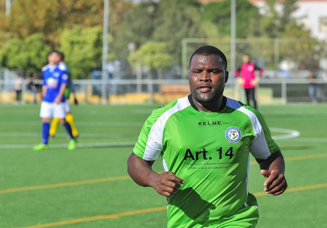 Imagen con uno de los futbolistas del conjunto jerezano del Alma de África.