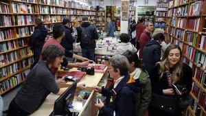 Ambiente de Sant Jordi en la librería Taifa de Gràcia, en el 2019