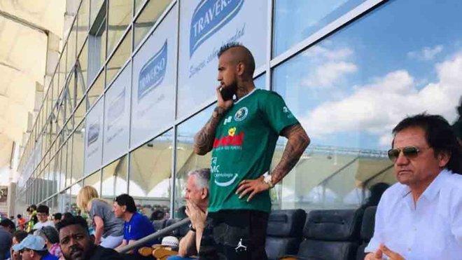 Arturo Vidal es posa la samarreta del Rodelindo xilè sent del Barça