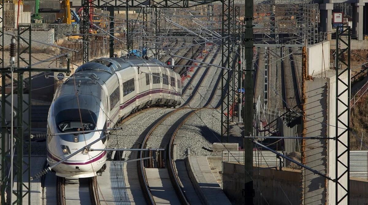 Un tren AVE a su paso por la Sagrera.