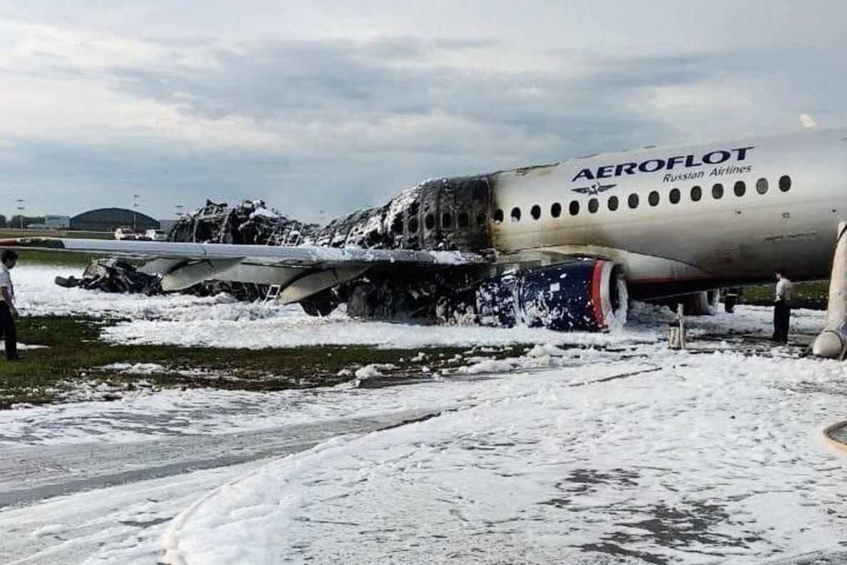 Fuselaje del avión incendiado en el aeropuerto moscovita de Sheremetievo. EFE