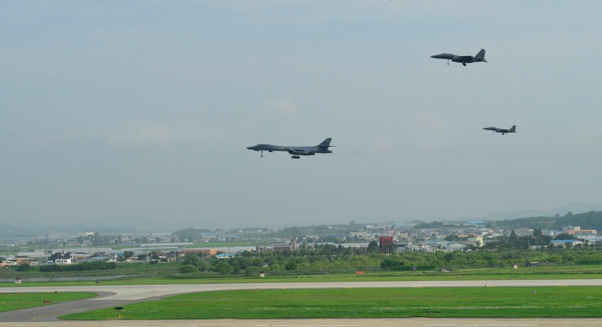 Bombarderos de EEUU despegande la base aérea de Osan deCorea del Sur.