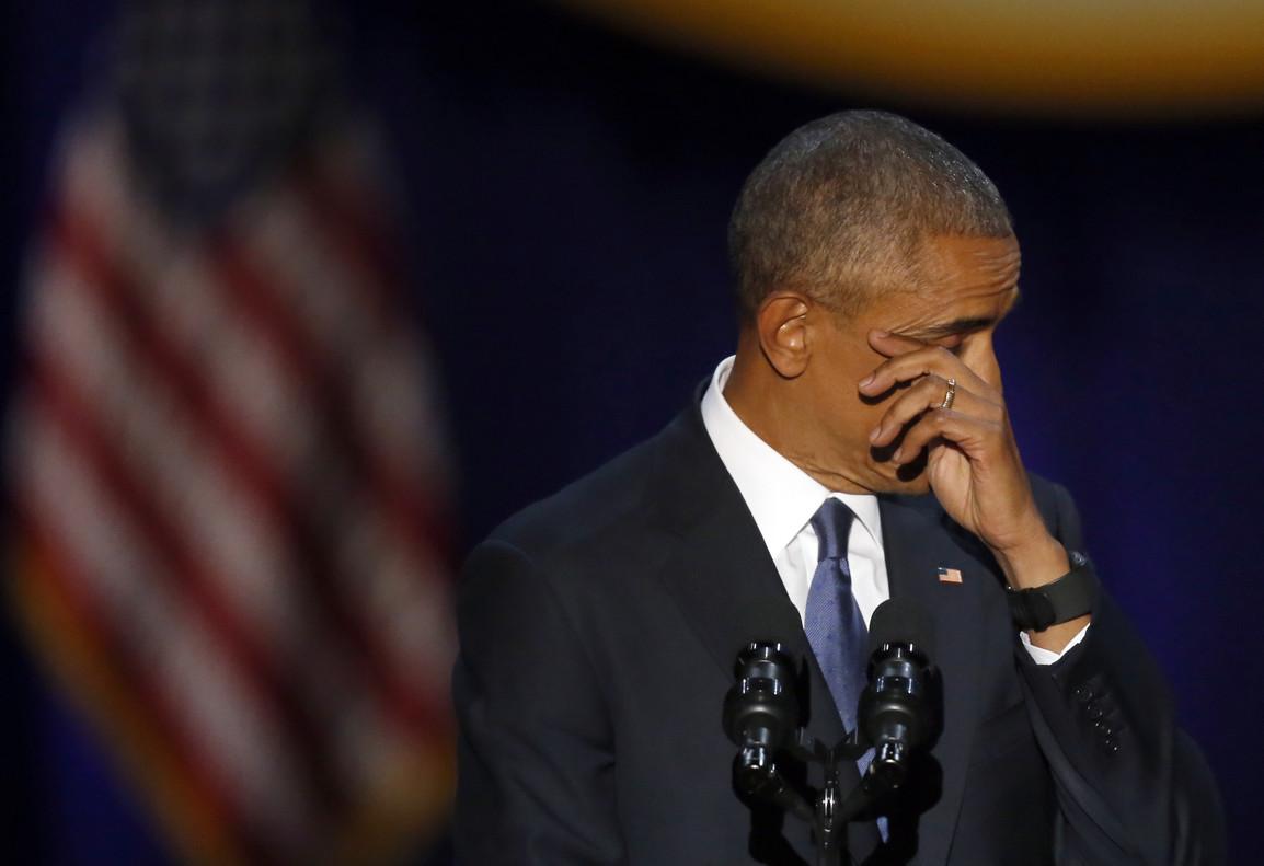 Barack Obama se seca las lágrimas durante un momento de su discurso de despedida en Chicago.