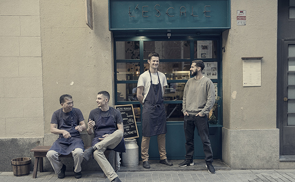 El equipo de L'Escale, en la puerta del restaurante, que explica cómo preparar el ciervo con grosellas y trompetas de la muerte.