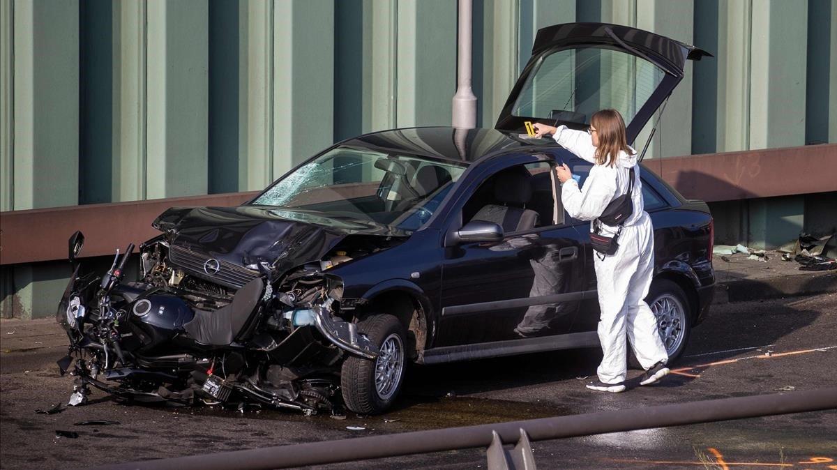 Experta forense busca evidencias sobre el automóvil.