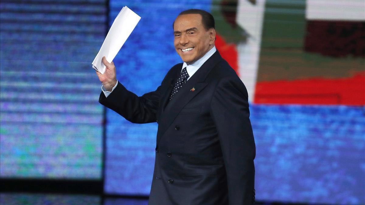 Berlusconi saluda a su llegada para participar en el programa de la RAI Che Tempo che Fa, en Milán, el 26 de noviembre.