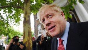 El exministro de Exteriores británico y candidato a liderar el Partido Conservador,Boris Johnson, sale de su casa deLondres este miércoles.