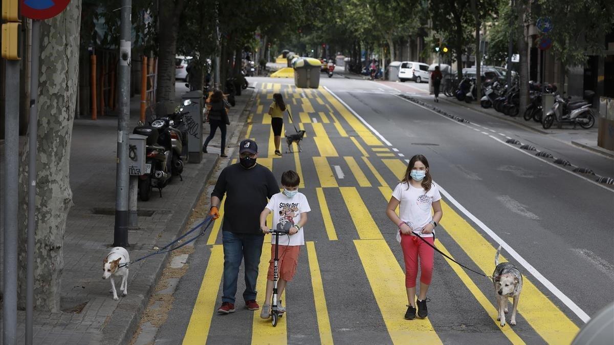 Barcelona ha ganado espacio a los peatones y bicis como en la calle de Consell de Cent.