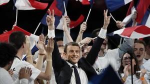 El candidato centrista Emmanuel Macron saluda al público durante un mitin en París, el 17 de abril.