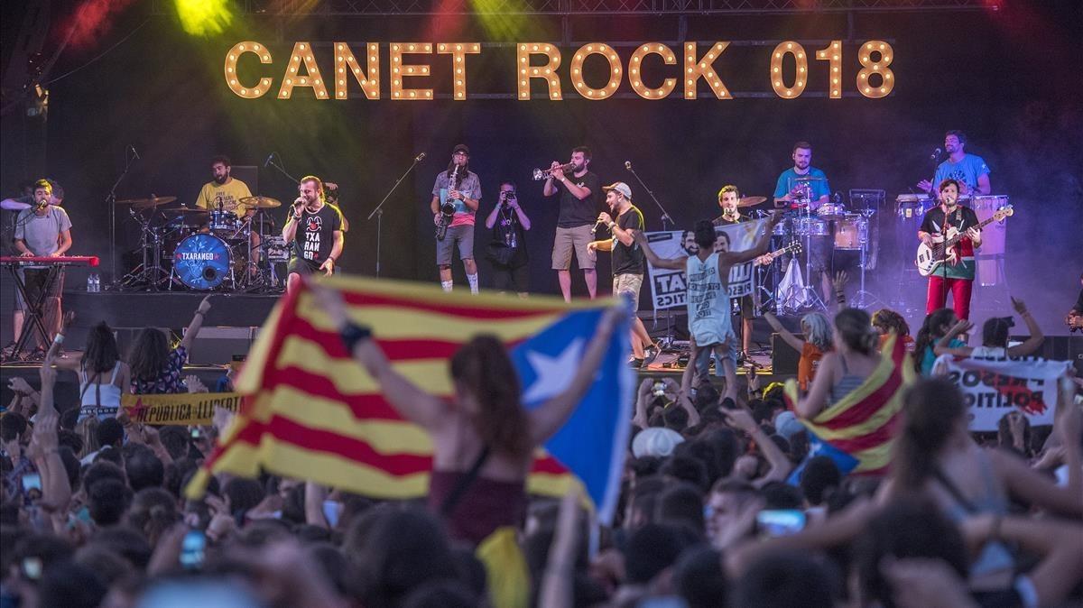 Concierto de Txarango, durante la salida del sol, en el Canet Rock 2018