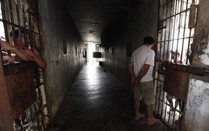 Un hombre ingresa a una celda en una prisión.