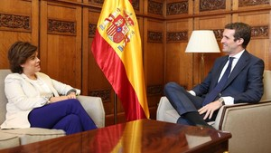 Casado promete a Santamaría y Cospedal un destino a medida