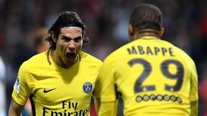 Cavani celebra con Mbappé uno de los goles ante el Angers.