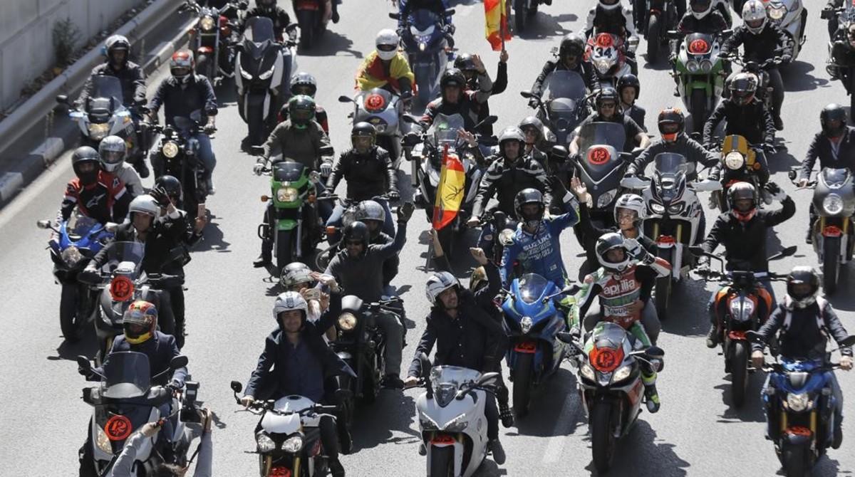 Cientos de 'mostards' han participado hoy en el homenaje a Ángel Nieto, en Madrid, que acabó en el Santiago Bernabéu.