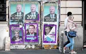 Colaje de carteles electorales en una pared de un edificio de París.