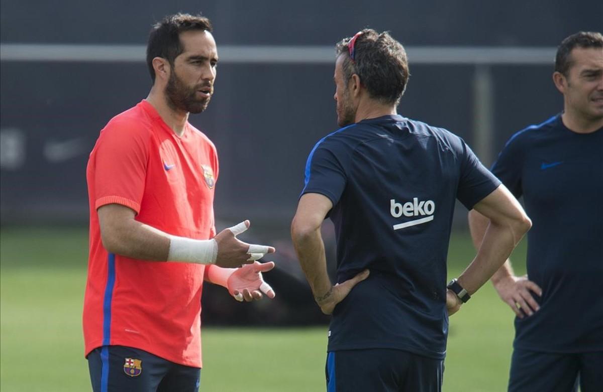 Claudio Bravo habla con Luis Enrique durante un entrenamiento del Barcelona.