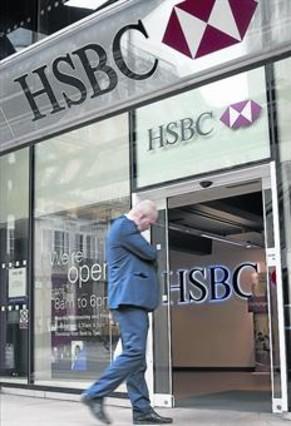 Un cliente entre en una sucursal del HSBC en Londres.