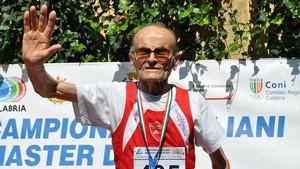 El atleta Giuseppe Ottaviani (102 años), tras culminar una carrera.