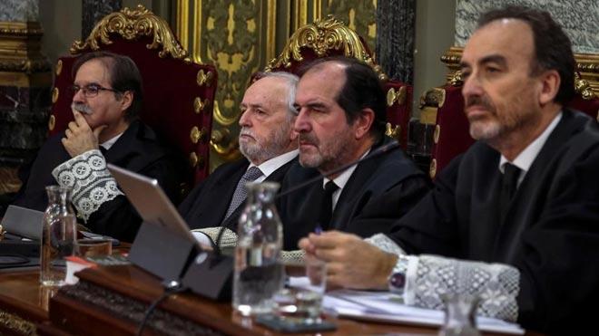 El CNI alerta de un intento de 'hackeo' a miembros del Supremo. En la foto, el presidente del tribunal y ponente de la sentencia,Manuel Marchena (derecha), junto a (de izquierda a derecha) los magistradosAndrés Palomo, Luciano Varela y Andrés Martínez Arrieta.