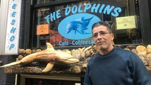 Radu, ante el Dolphins, el coffeeeshop que regenta en Amsterdam.