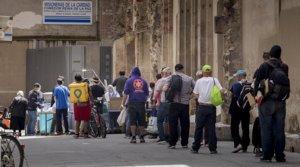 Colas para recoger comida en el Comedor Reina de la Paz de las Misioneras de la Caridad, en Barcelona, el pasado 8 de mayo.
