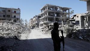 Un combatiente de las Fuerzas Democráticas Sirias, en Raqqa.