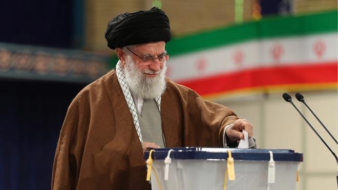 Comienzan las elecciones legislativas en Irán. En la foto,Ali Khameneideposita su voto.