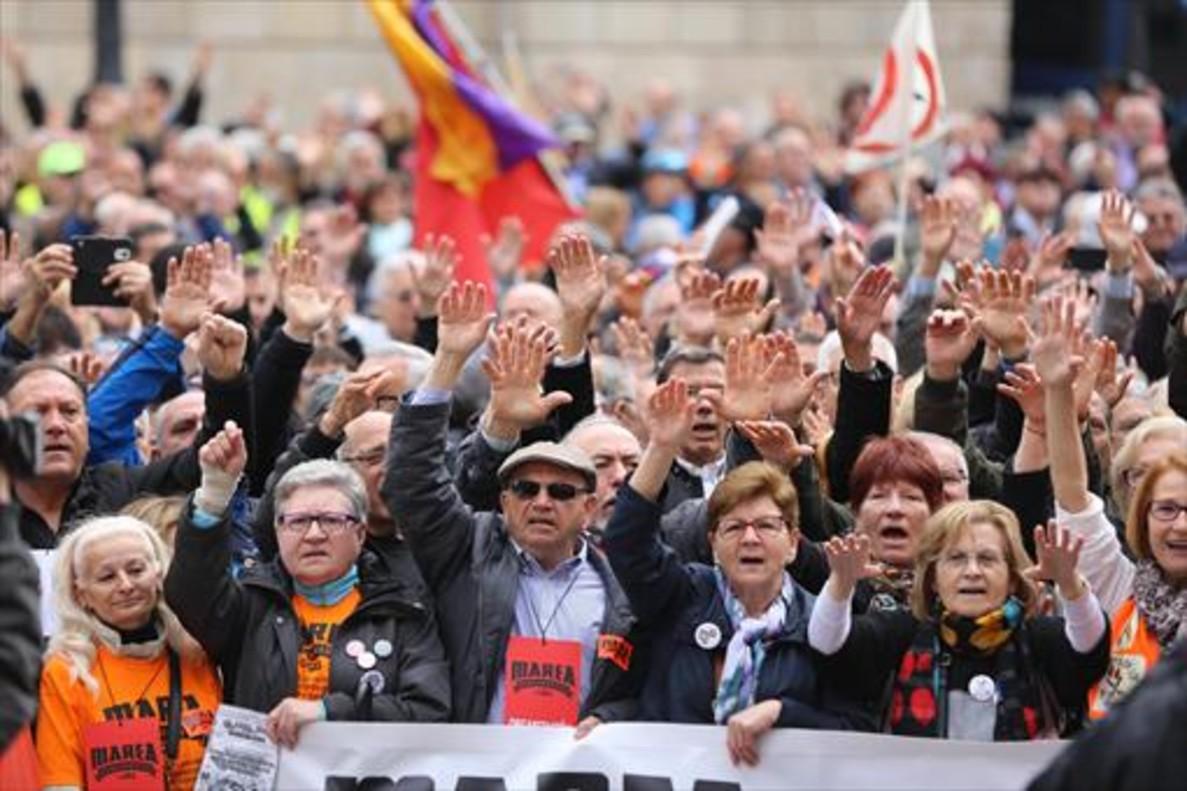 Concentración de pensionistas ante la catedral de Barcelona, el lunes.