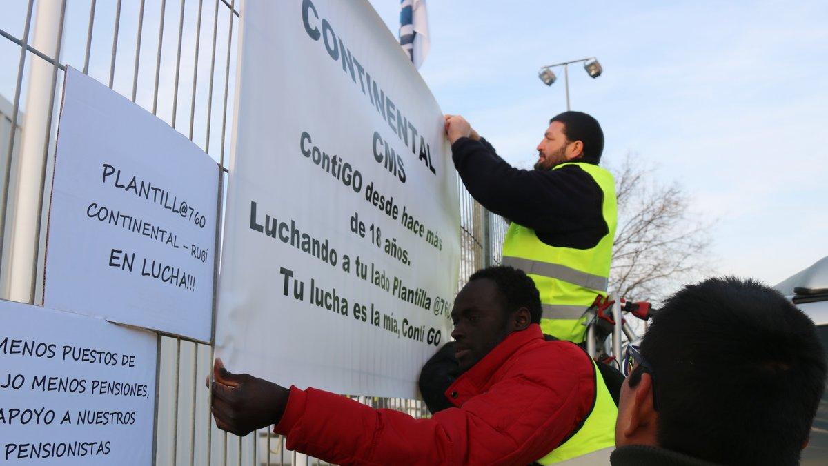 Trabajadores de la empresa Continental, en Rubí, que protestan ante el posible inicio de un ERE de hasta 760 despidos.