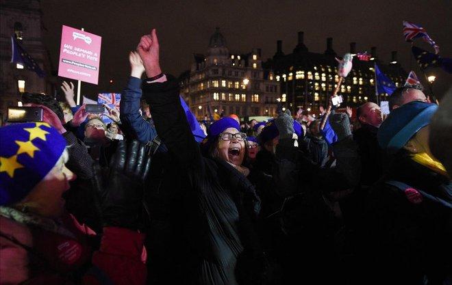 Contrarios al brexit reaccionan con alegría al ver los resultados anunciados tras la votación en la Cámara de los Comunes.