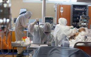 Personal sanitario atiende a un enfermo en la unidad de curas intensivas del Hospital Casal Palocco, en Roma.