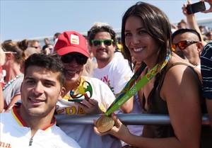 Irene Junquera luce la medalla de oro de su, por entonces,pareja Cristian Toro (izquierda), en los Juegos Olímpicos de Ríode Janeiro.
