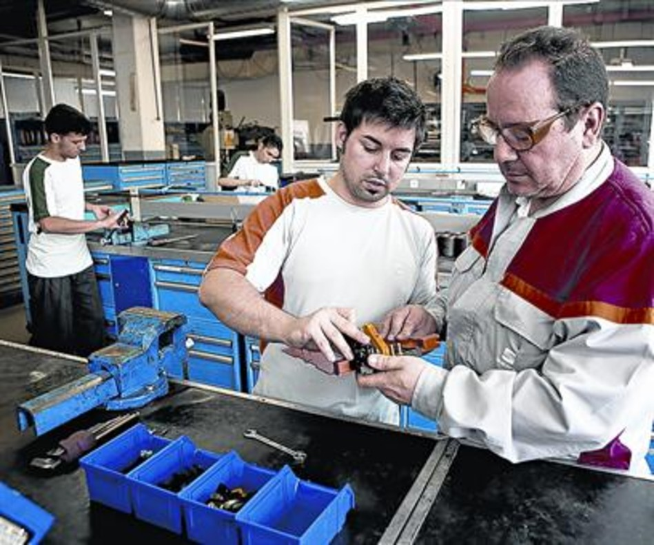 Clases de formación profesional dual en una factoría de Seat.