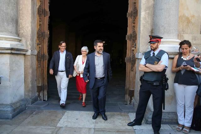 Los representantes de la ANC, Jordi Sánchez, Òmnium, Muriel Casals, y la AMI, Josep Maria Vila dAbadal a la salida de la reunión en el Palau de la Generalitat.